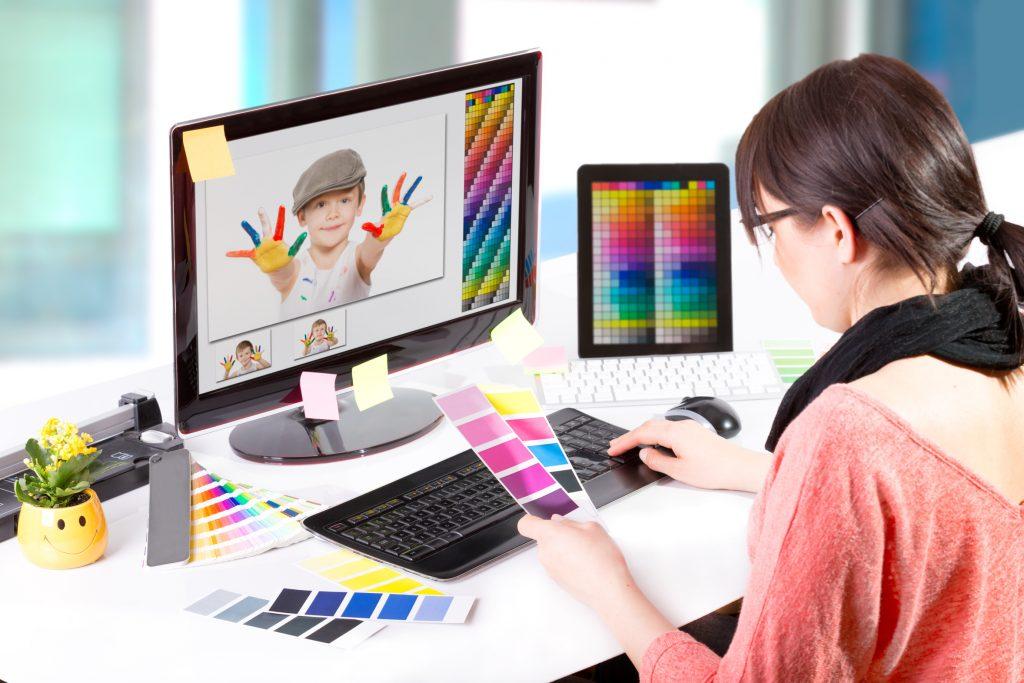 Grafikdesignerin am Computer